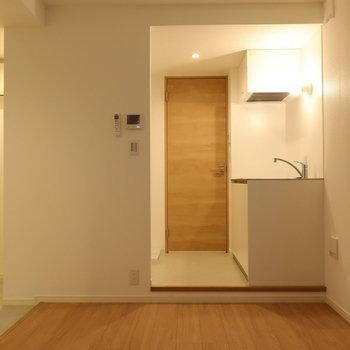 白のお部屋に、優しい木の色がいい感じ※写真は2階同間取り別部屋のものです