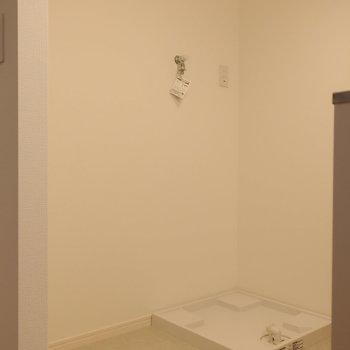 キッチン後ろに、冷蔵庫、洗濯機置場と並びます。※写真は2階同間取り別部屋のものです