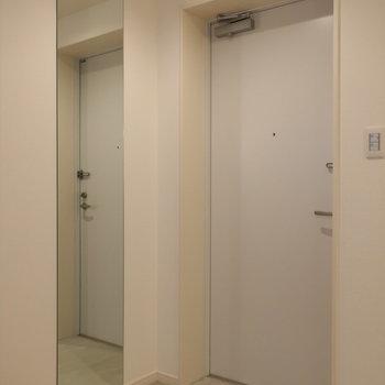 玄関に姿見があるのうれしいですよね※写真は2階同間取り別部屋のものです