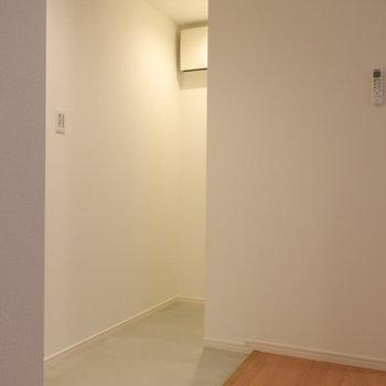 この奥に、収納スペースがあります。※写真は2階同間取り別部屋のものです