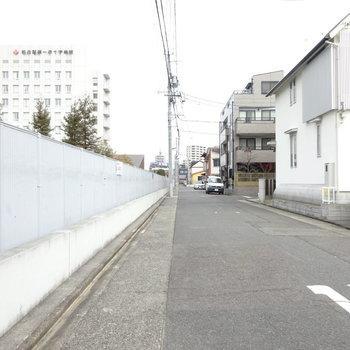 駅までは病院の横を沿って歩きます