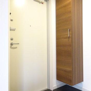 玄関は幅狭めです