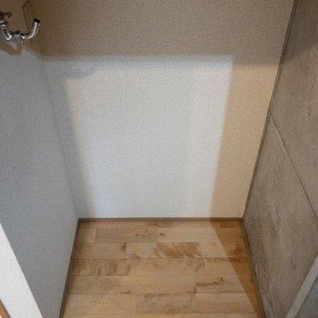 浴室のドアの隣には洗濯機置場。