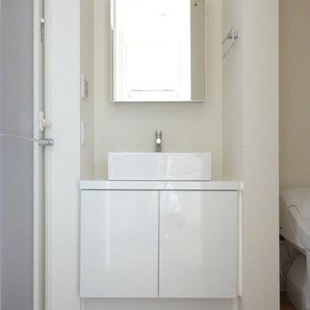 オシャレな洗面台!鏡の後ろにも収納◎