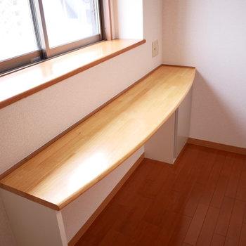 キッチン横に窓とカウンター