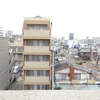こちらの眺望は道を挟んでマンション
