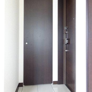 玄関は居室のすぐ横