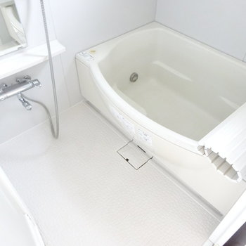 バスルームは広々で追い焚き付き!