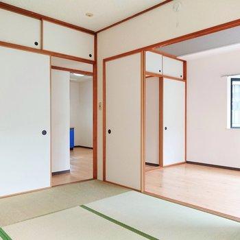 和室の右側にある襖を開けて、キッチンへ向かいましょう。