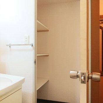 洗面所入って右側に、物置がございます。買い置きしても安心。