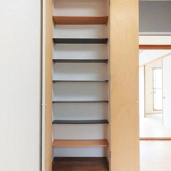 【DK】天井まである物入。食器などを入れても、日用品をしまってもよいでしょう。