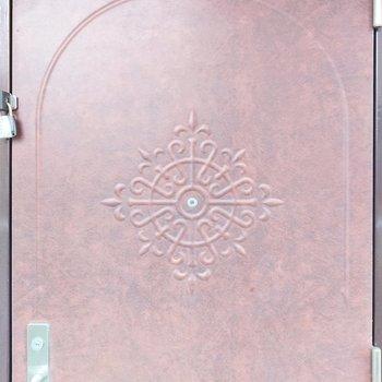 ミステリアスな紋様が扉についているの、僕は好きですね。