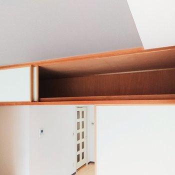 【洋室】襖の上方は、広々とした収納。普段使わないものなどはこちらへ。