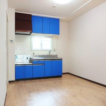 【DK】原色のブルーが目を引くキッチンです。