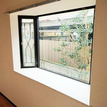 【洋室】出窓には植物などを置けるゆとりがありますよ。