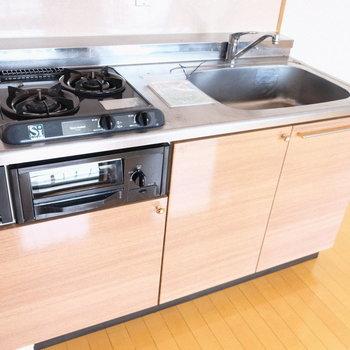 コンロも2つ、調理スペースは便利グッズを活用しよう。