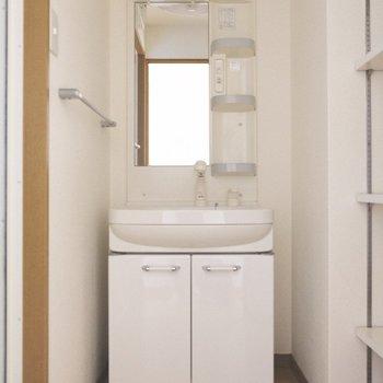 嬉しい独立洗面台、横には収納スペースあります。