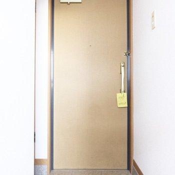 こぢんまりとしたシンプルな玄関です。