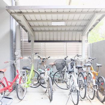 自転車置き場も屋根付きでうれしい。