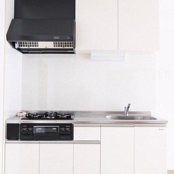 和の雰囲気とは裏腹に、真新しさを感じさせるキッチン。