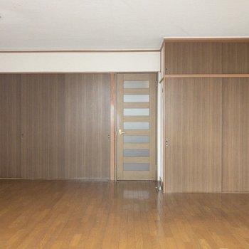 左手が洋室、右手が押し入れになります。※写真はクリーニング前のものです