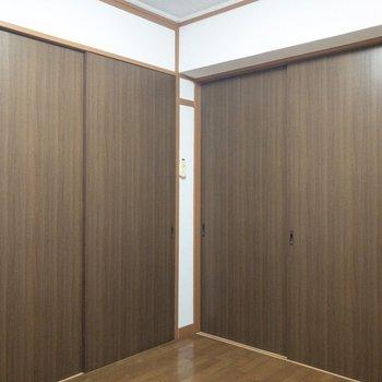 【洋室】左手は廊下になっています。※写真はクリーニング前のものです