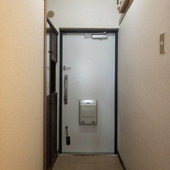 玄関はフラットタイプです。※写真はクリーニング前のものです