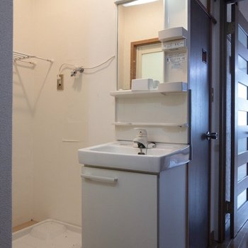 洗面台の反対側に浴室があります。※写真はクリーニング前のものです