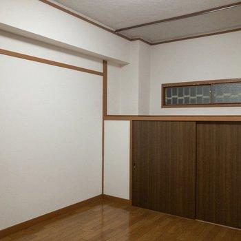 【洋室】セミダブルベッドが置けそうです。※写真はクリーニング前のものです