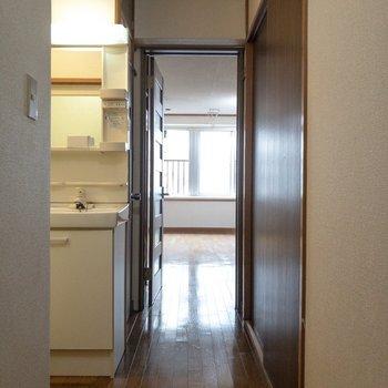 玄関の目の前には洗面台があります。※写真はクリーニング前のものです