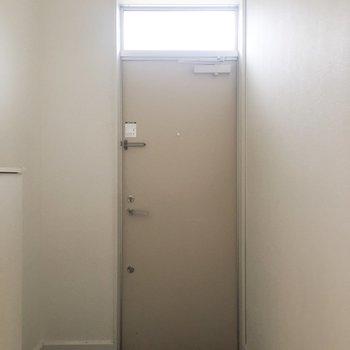 玄関はけっこうひろいです!※写真は通電前のものです