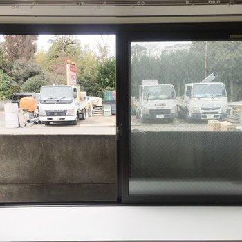 【LDK】出窓からの景色は…うーん。※写真は通電前のものです
