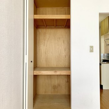 収納は右側にもスペースがあります。