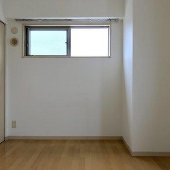 正面に縦向き壁寄せでベッドを置いてもいいし、