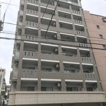 住宅街にあるマンション。シンプルな外観です。