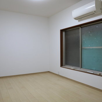 【LDK側洋室7.5帖】窓の外はすぐ壁です