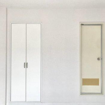 左側は給湯器、右側がバスルーム。※写真は通電前のものです