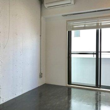 壁はすこし無機質な感じ。ポスターを貼ると映えそう。