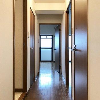 一旦廊下へと。1番奥が洋室です。 (※写真は改装中のものです)