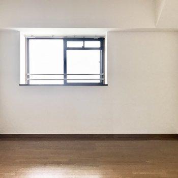 奥の洋室もしっかり窓付き! (※写真は改装中のものです)