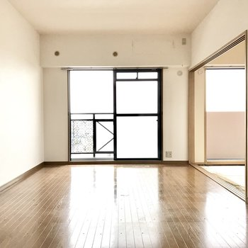 温かみのあるお部屋。建具の色に合わせたカントリーな家具を置きたい。 (※写真は改装中のものです)