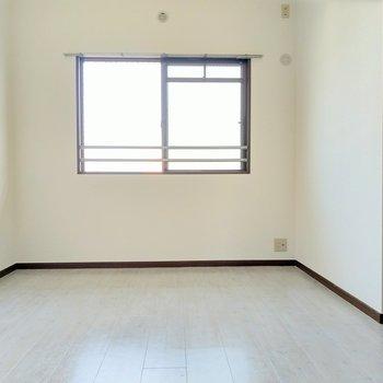 玄関側の洋室。ここは夫婦の寝室かな。ダブルベッド置けそう!