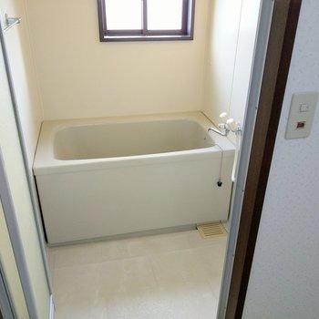 お風呂には換気できる窓付き!ひねる蛇口だけど給湯はついてますよ。
