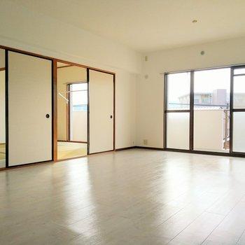 LDKから和室2部屋に繋がります。