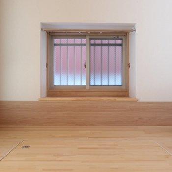 窓もあるので風通しも◎※写真は2階の同間取り別部屋のものです