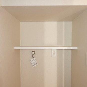 上部の棚には水回り用品を。※写真は2階の同間取り別部屋のものです
