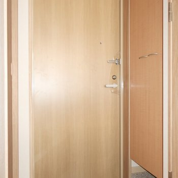 玄関は落ち着いた色味で統一されています。※写真は2階の同間取り別部屋のものです