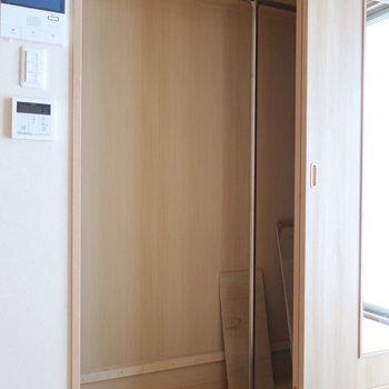 クローゼットは1段ちょっと下がってます。扉には鏡もついているのが嬉しい♪※写真は2階の同間取り別部屋のものです