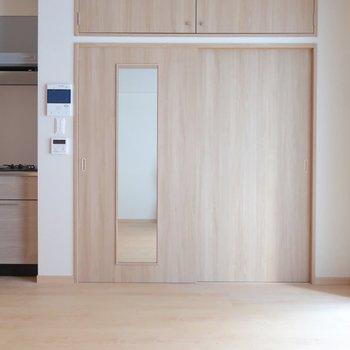 扉の鏡ではコーデチェックもしっかりできちゃいますね♪※写真は2階の同間取り別部屋のものです