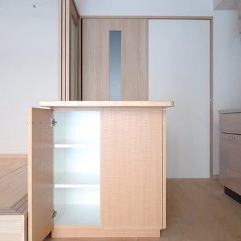 食器はこちらに。反対側にも収納ありますよ♥※写真は2階の同間取り別部屋のものです